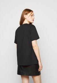 MICHAEL Michael Kors - CHAIN GLITTER LOGO TEE - T-shirts med print - black/silver - 2