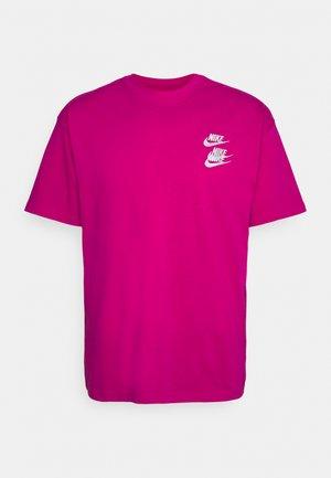 TEE WORLD TOUR - Camiseta estampada - fireberry