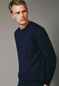 Massimo Dutti - MIT RUNDAUSSCHNITT - Sweatshirt - blue-black denim - 2