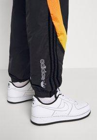 adidas Originals - SPRAY UNISEX - Pantaloni sportivi - black - 4