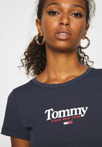 Tommy Jeans - ESSENTIAL LOGO TEE - T-shirt z nadrukiem - twilight navy - 5