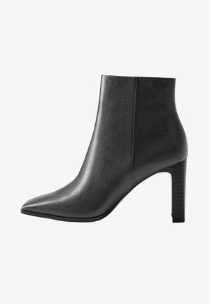High heeled ankle boots - grau