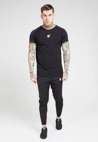 SIKSILK - T-shirt print - black  gold - 0