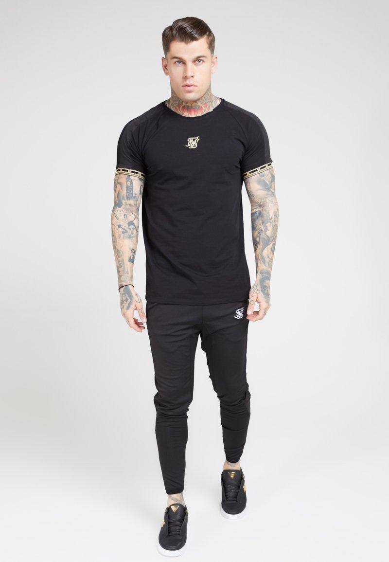 SIKSILK - T-shirt print - black  gold
