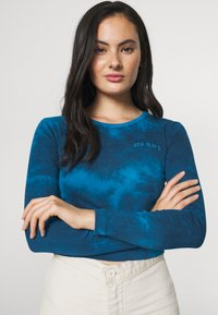BDG Urban Outfitters - TIE DYE BABY TEE - Long sleeved top - blue - 4