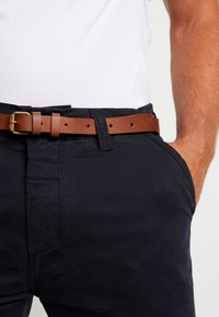 Dstrezzed - PRESLEY PANTS WITH BELT - Chinos - navy - 3