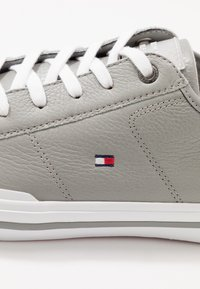 Tommy Hilfiger - CORE CORPORATE FLAG  - Sneakers - grey - 5