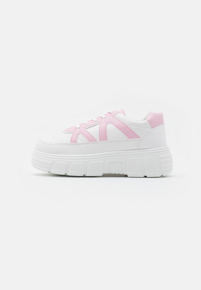 VEGAN AIYA - Matalavartiset tennarit - white/pink