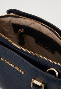 MICHAEL Michael Kors - MAXINE MESSENGER - Bolso de mano - navy - 3