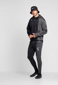 Nike Performance - FC HOODIE - Hoodie - anthracite/black/white - 1