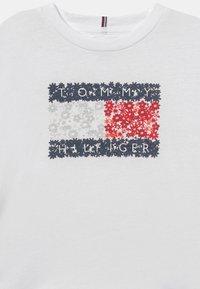 Tommy Hilfiger - FLOWER FLAG TEE - Print T-shirt - white - 2