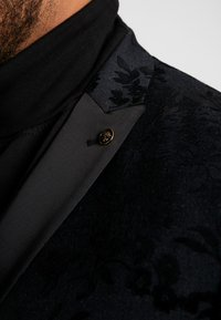 Twisted Tailor - KATRIN FLORAL FLOCK SUITPLUS - Suit - charcoal - 7
