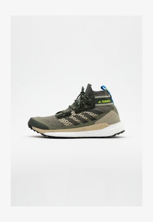 FREE HIKER BOOST PRIMEKNIT SHOES - Chaussures de marche - legend green/core black/sigal green