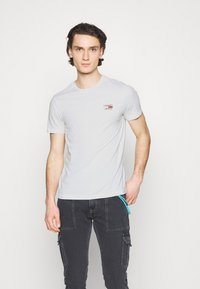 Tommy Jeans - CHEST LOGO TEE - Basic T-shirt - white - 0