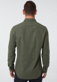 Auden Cavill - Shirt - dunkelgrã¼n - 1
