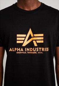 Alpha Industries - RAINBOW  - Print T-shirt - black /neon orange - 4