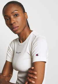 Champion - CREWNECK LEGACY - Print T-shirt - off-white - 3