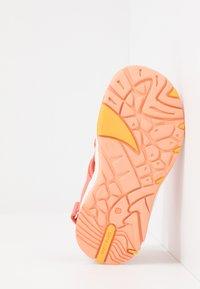 Viking - THRILL UNISEX - Chodecké sandály - coral/antiquerose - 5