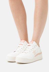 adidas Originals - FORUM BOLD - Joggesko - cloud white/offwhite/ambient blush - 0