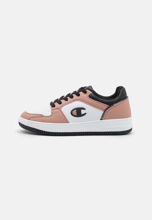 LOW CUT SHOE REBOUND 2.0  - Krepšinio batai - pink/white/black