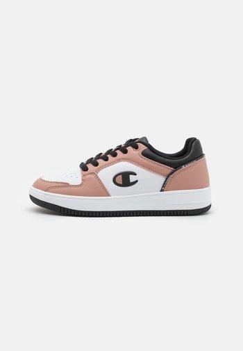 LOW CUT SHOE REBOUND 2.0  - Basketball shoes - pink/white/black