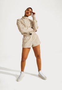 Sweaty Betty - SWEATY BETTY X HALLE BERRY LETICIA TRACK - Langarmshirt - pebble beige - 1