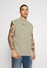 Karl Kani - SMALL SIGNATURE WASHED TEE - Print T-shirt - dark green - 0