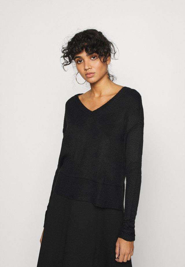 VMNEWLUCI LOOSE VNECK - Sweter - black