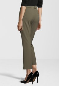 Fiveunits - HOSE CLARA CROP BELTED 285 - Trousers - green - 2