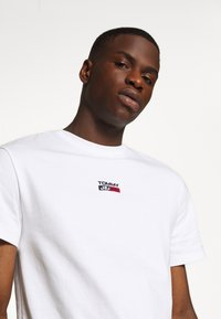 Tommy Jeans - SMALL CENTERED LOGO TEE - Print T-shirt - white - 3