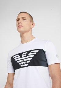EA7 Emporio Armani - T-shirt imprimé - white - 4
