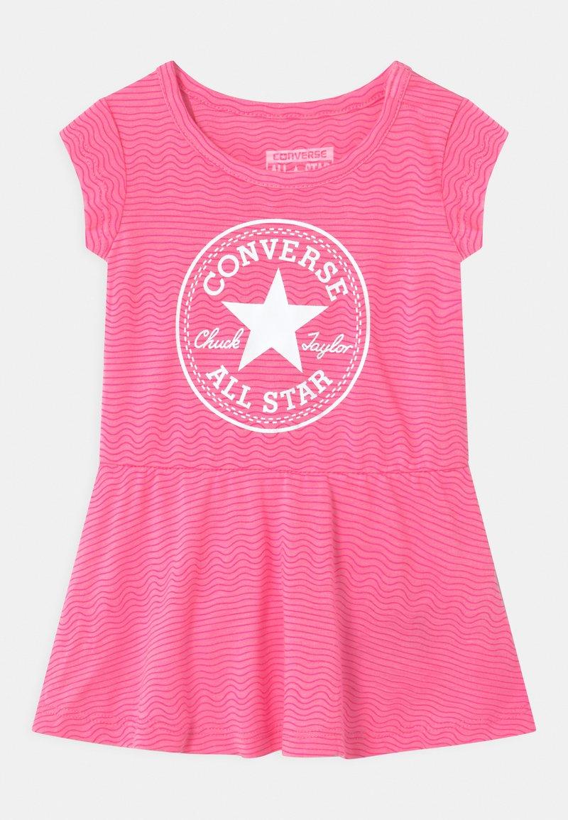 Converse - PRINTED COVER SET - Žerzejové šaty - pink glow