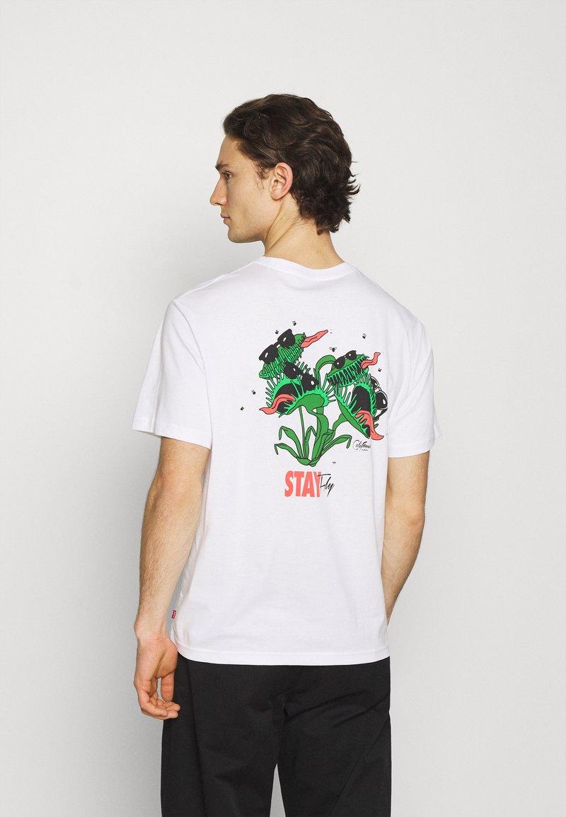 Levi's® - TEE UNISEX - T-shirt imprimé - white