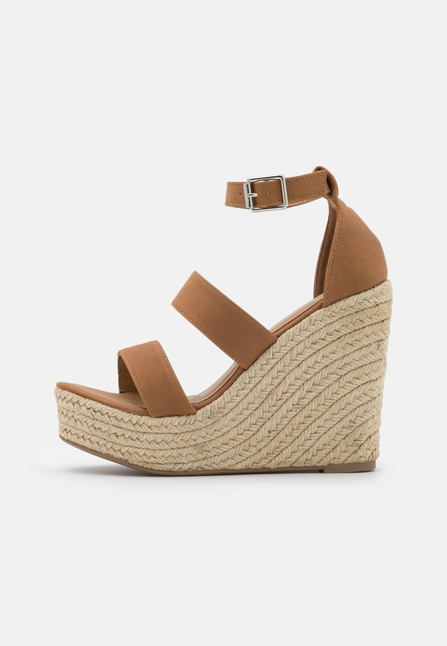 BRADY WEDGE  - Sandalen met plateauzool - tan