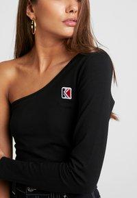 Karl Kani - ONE SHOULDER - Long sleeved top - black - 5