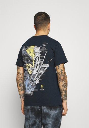 WOLVERINE TEE - Print T-shirt - navy