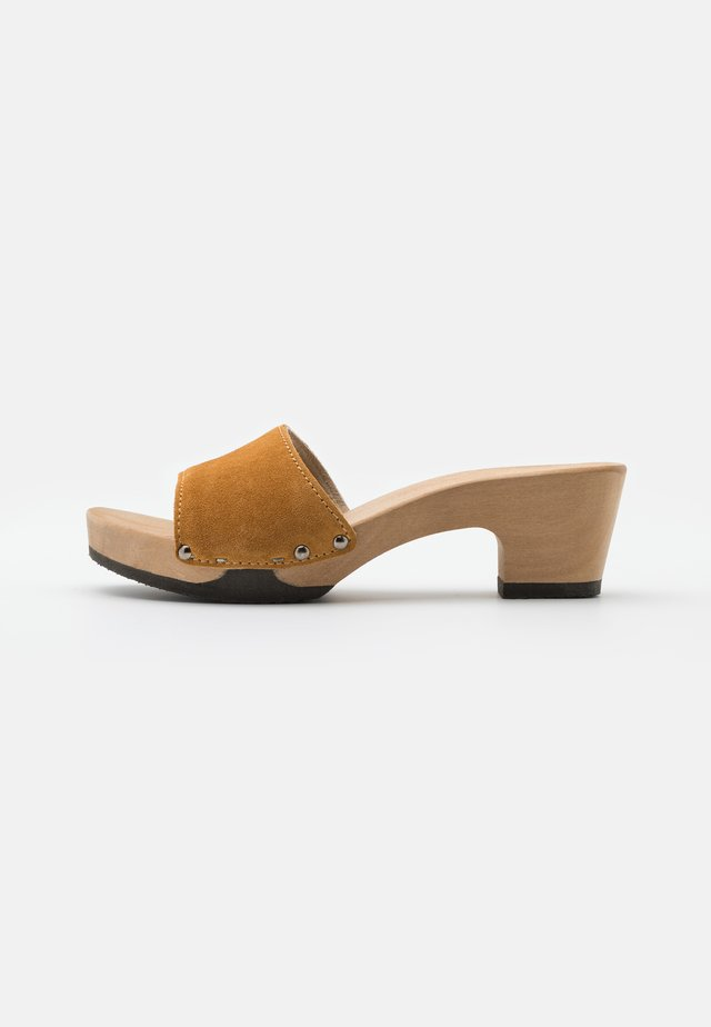 KELLY - Clogs - caramel