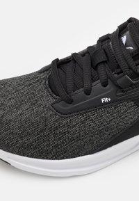 Puma - COMET 2 UNISEX - Neutrální běžecké boty - black/white - 5