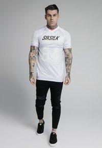 SIKSILK - MARBLE STRETCH SPORTS TEE - Print T-shirt - grey/white - 1