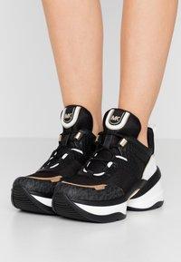 MICHAEL Michael Kors - OLYMPIA TRAINER - Sneakersy niskie - black/pale gold - 0