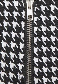 Missguided Petite - ZIP UP BACK DOGTOOTH BRALET AND SLIT FRONT MINI SKIRT  - Mini skirt - black - 5