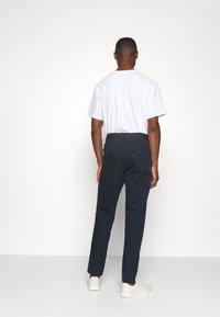 Selected Homme - SLHSLIMTAPERED PANTS  - Tygbyxor - dark sapphire - 2