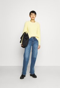 GAP - DIRECTIONAL RELAXED CREW - Neule - bold yellow - 1