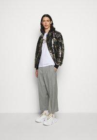 Versace Jeans Couture - Triko spotiskem - white/gold - 1