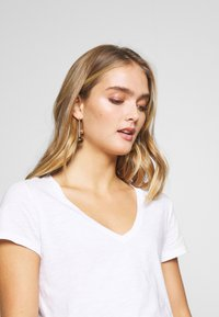 Mos Mosh - ARDEN V NECK TEE - Basic T-shirt - white - 5