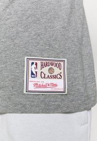 Mitchell & Ness - NBA LAST DANCE CHICAGO BULLS WINDY CITY TEE - Klubbkläder - grey - 4
