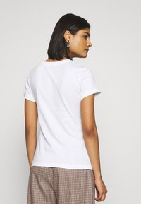 Calvin Klein Jeans - LOGO SLIM FIT TEE - T-shirt med print - bright white /fiery red - 2
