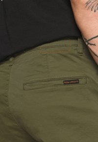 Nudie Jeans - EASY ALVIN - Chino kalhoty - green - 4
