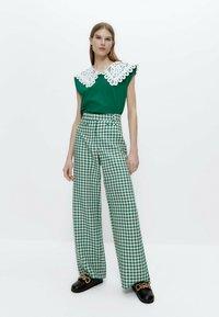 Uterqüe - MIT VICHYKAROS - Trousers - green - 1