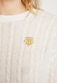 Tommy Hilfiger - ESSENTIAL CABLE - Strickpullover - white - 3